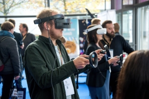 Besucher einer Messe mit Virtual-Reality-Brillen. (Foto: Stephan Sorkin/Unsplash)